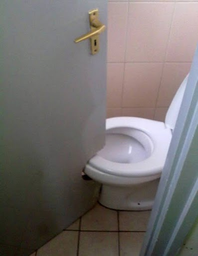 あり得ない構造のトイレ 3